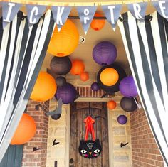 Whether you want to welcome guests with cute autumnal decorations or to spook trick-or-treaters, these 23 Halloween porch decor ideas will inspire you! Hang skulls in bunches. Halloween Yard Art, Halloween Front Doors, Cheap Halloween Decorations, Outdoor Halloween, Halloween House, Holidays Halloween, Halloween Party, Halloween Trivia, Spring Decorations