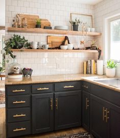 7 Creative Tricks: Italian Kitchen Decor Benches farmhouse kitchen decor above cabinets.Farmhouse Kitchen Decor Above Cabinets small kitchen decor coffee. Home Decor Kitchen, New Kitchen, Kitchen Dining, Kitchen Ideas, Kitchen Black, Kitchen Country, Kitchen With Black Cabinets, Kitchen Colors, Decorating Kitchen