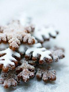 Gingerbread snowflake cookies for holiday baking Noel Christmas, Christmas Goodies, Winter Christmas, Winter Snow, Simple Christmas, Winter Rose, Christmas Gingerbread, Holiday Treats, Christmas Treats