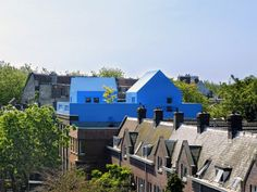 Letzte Woche haben wir in der Patchwork-Architektur die fantasievolle Turmidee von MVRDV kennengelernt. Die holländischen Architekten haben aber nicht nur spannende Projektideen, sondern bereits einige superinteressante Häuser gebaut. Dazu gehört das Didden Village. Das Konzept: Bestehenden Stadthäusern wurde einfach eine knallblaue Haube aufgesetzt. Eine wunderschöne Möglichkeit, Neues zu bauen, ohne das Alte abzureissen.