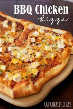 BBQ Chicken Pizza – Make a quick and easy homemade pizza with the kids! Try this recipe for dinner tonight. Chicken Bacon Ranch Pizza, Bbq Chicken, Chipotle Chicken, Rotisserie Chicken, Pizza Recipes, Chicken Recipes, Cooking Recipes, Yummy Recipes, Smoker Recipes