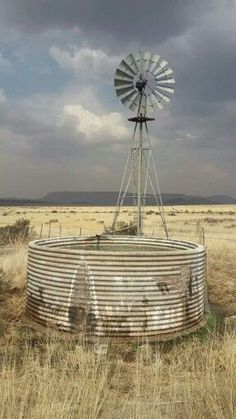 Wide open space for a windmill. Country Barns, Old Barns, Country Life, Country Roads, Farm Windmill, Old Windmills, Ranch Life, Water Tower, Le Moulin