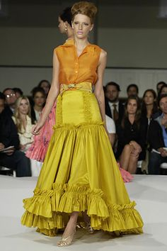 The mustard Oscar de la Renta long skirt is great for thin, slim or curvy figures with a good height because it hugs the hip and then spreads out in dramatic volume, a perfect number for a theatrical entrance at a party. Runway Fashion, Fashion Show, Fashion Looks, Fashion Design, Hippie Chic Fashion, Modern Fashion, Adriana Miranda, Nude Outfits, Types Of Skirts