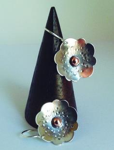 Pendientes modelo flor con bola de cobre