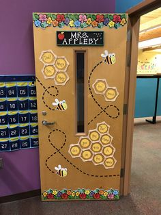 Bee classroom door decor - New Deko Sites Kindergarten Classroom Door, Classroom Themes, School Classroom, School Doors, Class Decoration, Bee Theme, Preschool Crafts, Preschool Door Decorations, Ornament