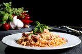 pasta italiana spaghetti amatriciana tavolo grigio sfondo nero