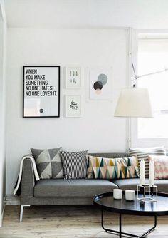 La #lámpara #Tolomeo de #Artemide encaja a la perfección con diferentes estilos, aquí un apartamento danés con una #decoración simple y minimalista.