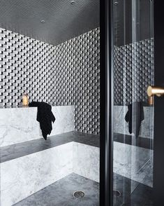 Modern steam room in the gym of The Barwon River House with marble mosaic walls from the Marmo by Greg Natale collection. Sauna Steam Room, Steam Bath, Mosaic Bathroom, Mosaic Wall, Mosaic Tiles, Modern Steam Showers, Sauna A Vapor, Sauna Design, Contemporary Bathroom Designs
