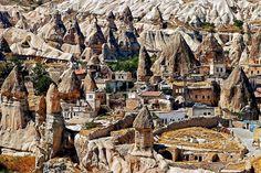 Göreme, Turkey (Yeraltı şehri)..Şehrin tarihi Roma İmparatorluğu çağına dayanmaktadır. Bölgede bulunan peribacaları yapılmış olan evleri desteklemektedir ve bazı kiliseler direk olarak bu peribacalarının içlerine yapılmıştır.