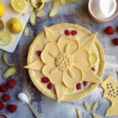 As the spring flowers are on their way up, I am feeling floral... I decided to go for a Tudor Rose pie (Shaker Lemon with Experimental Raspberries), as I live not too far from Hampton Court Palace, where Henry the Eighth hung out with some of his wives... #pie #pieart #piecrust #pastry #baking #dessert #bake #homebaker #fromscratch #feedfeed #f52grams #foodandwine #cupcakeproject #instabake #raspberry #lemon #pursuepretty #thatsdarling #onmytable #eatmorepie #jojoromancer #foodpic…