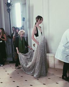 VALENTINO Fashion 2017, Couture Fashion, High Fashion, Fashion Beauty, Fashion Outfits, Ladylike Style, Couture Dresses, Beautiful Gowns, Simple Style