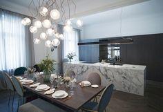Markéta Motlová z Inspirito: Vázání květin je freestyle   Insidecor - Design jako životní styl Squats, Table Settings, Chandelier, Dining Table, Ceiling Lights, Furniture, Trendy, Freestyle, Design