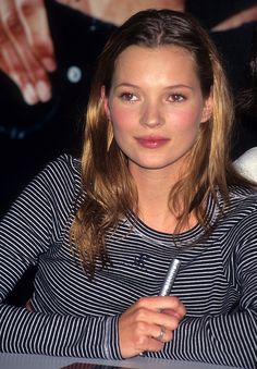 Pin for Later: Celebrities of the and the Beauty Looks They Loved Kate Moss When we think of the we can't help but think of new-to-the-scene Kate, with her grungy hair and girl-next-door makeup. 90s Makeup, Hair Makeup, Kate Moss Hair, Kate Moss Style, Moss Fashion, Craig Mcdean, Queen Kate, Look Vintage, Vintage Toys