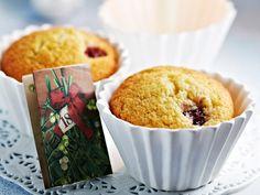 Helpot kirsikkamuffinit Helpot kirsikkamuffinit ovat herkullisia leivonnaisia, jotka leipoo nopeasti vaikka yllätysvieraille. Muffinssit maustetaan karvasmanteliöljyllä ja muffinssivuokien pohjalle kätketään kirsikkainen yläätys. 1. Kuumenna uuni 200 asteeseen. Jaa muffinivuoat pelille. Aseta jokaise…