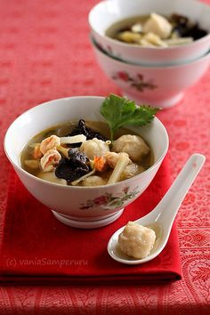 Tekwan is a kind of dish that is made from fish, especially tenggiri or gabus fish. This traditional dish originally comes from Palembang, South Sumatera, Indonesia. Tekwan is also known as a type of soup and other variety of Pempek. Why is it another variety of Pempek ?Because simply some ingredients are the same. The soup taste more delicious if it is served warm | V-Samperuru #IndonesianCulinary
