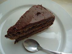 Nøttebunnen i denne kaken er kanskje ikke så spennende i seg selv. Men med sjokoladefyllet... Nam! Bunn: 250 g nøtter (en blanding av...
