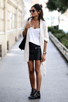 5d8598b2 Conjunto cardigan blanco, camiseta blanca, falda de cuero negra, botines  negros, bolso negro y gafas negras