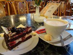 ちょっと戸惑いつつ一階のカフェに着席。そのあとはオーダー取りにケーキワゴン押して来たお兄さんに「このケーキね」って指差ししたらケーキサーバー(フライ返しみたいなの)で指ペンってされて私「テヘ」お兄さん「ハハハハ」って感じで注文できた。ヤッター カフェ(珈琲)もケーキも美味しい