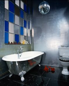 In this original bathroom fresh style disco is perfect. Money on top of the bathroom walls with mosaic tiles Mirror disco ball on the ceiling: here almost every Condo Bathroom, Bathroom Colors, Bathroom Designs, Mirror Ball, Disco Ball, Clawfoot Bathtub, Bath Tub, Dremel, Contemporary Interior