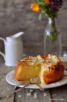 Una torta di mele da Bolzano. Italian apple cake from Bolzano  recipe: http://duonosirzaidimu.lt/2013/10/italiskas-obuoliu-ir-sugriztuviu-pyragas/