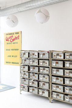 Vintage organisation stil idee regale boxen homeoffice notizbücher  kugelschreiber