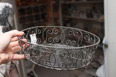 brødkurv Wire Crafts, Diy And Crafts, Barbed Wire Art, Wire Hangers, Wire Work, Metal Working, Sewing Crafts, Decorative Bowls, Sculptures