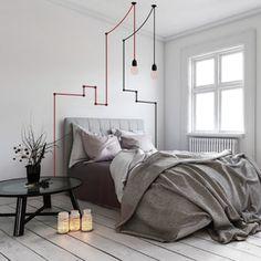 Eclairez-vous avec style grâce à ce lampadaire SNAKE LAMP ! 6 mètres de câble textile rouge zigzaguent sur vos murs, maintenus par des fixations en silicone noir, avant qu'une ampoule trouve sa place sous votre plafond. Laissez parler votre imagination et créez une ambiance design et originale !