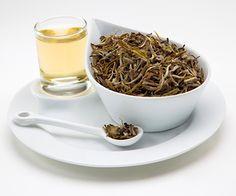 """Czy wiesz, że... biała herbata nazywana jest przez specjalistów """"eliksirem młodości""""? Swój przydomek zawdzięcza wysokiej zawartości polifenoli, które chronią organizm przed wolnymi rodnikami (odpowiedzialnymi za proces starzenia się komórek). Jedna filiżanka naparu białej herbaty zawiera tyle polifenoli, ile 12 (sic!) szklanek soku pomarańczowego!"""
