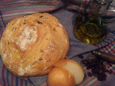 pan de pasas y cebolla caramelizada, en marmita