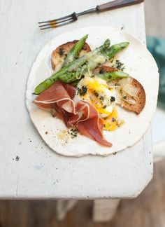 brunch: prosciutto, egg and asparagus on crouton Studio NYC Breakfast And Brunch, Perfect Breakfast, Morning Breakfast, I Love Food, Good Food, Yummy Food, Tasty, Food For Thought, Brunch Recipes