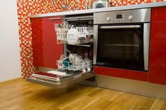 Spring Cleaning: Household items you can clean in the dishwasher Cleaning Your Dishwasher, Household Cleaning Tips, Diy Cleaning Products, Cleaning Solutions, Household Items, Cleaning Hacks, Red Kitchen Cabinets, Kitchen Appliances, Water Saving Tips