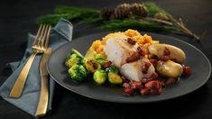 Å spise torsk til jul er en tradisjon for mange. Prøv denne nydelige varianten med glasert rosenkål, rotmos og bacon. God jul og god middag! Sprouts, Cauliflower, Nom Nom, Eggs, Bacon, Vegetables, Breakfast, Food, Morning Coffee