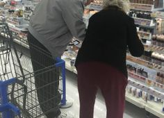 A photo of an elderly couple in the makeup aisle has grabbed the attention of social media users. Although the image is seemingly unremarkable at first glance, what the husband did next has everyone's attention.