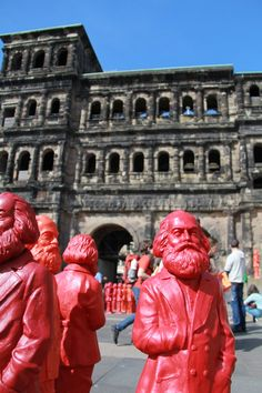 Popular Trier Deutschland Karl Marx outside the Porta Nigra