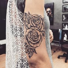 Tatuagem criada por Lucas Milk de Florianópolis.  Flores em blackwork.  #tattoo #tattoo2me #tatuagem #art #arte #blackwork #flores