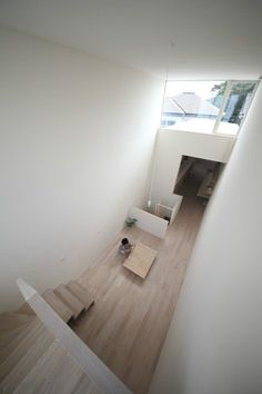 Located in the city of Okazaki, Japanese architecture studio Katsutoshi Sasaki + Associates designed a minimal house on a small property of only 3 meters. Small Space Living, Small Spaces, Living Spaces, Living Rooms, Japanese Architecture, Space Architecture, Luz Natural, Natural Light, Narrow House