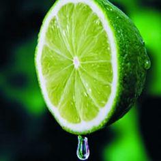 O limão é alcalinizante, afina o sangue, acelera o metabolismo e tem vitamina C.É um excelente antioxidante que ajuda a combater o envelhecimento.