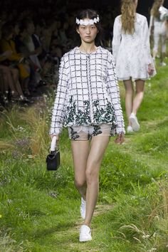 A look from the Moncler Gamme Rouge Spring-Summer 2016 collection, designed by Giambattista Valli. Relive the show now onhttp://on.moncler.com/mgrss16 #monclergammerouge#ss16#pfw