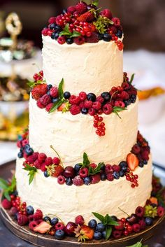 wedding cakes chocolate Let THIS DAY be perfect in every way!- Lass DIESEN TAG in jeder Hinsicht perfekt sein! Mach mit beim Angebot To Let THIS DAY be perfect in every way! Take part in the offer Cakes # Offer # with # this # view # everyone - Berry Wedding Cake, Floral Wedding Cakes, Wedding Cake Rustic, Wedding Cakes With Cupcakes, Elegant Wedding Cakes, Wedding Cake Designs, Cake Wedding, Red Wedding, Wedding Cake Simple
