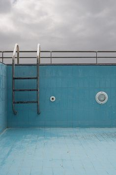 empty swimming pool taken by Alessandro Crusco. This empty pool photo could be really explicit when talking about empty thins but I got something else in there, something more dramatic maybe because of the sky, which is a bit dark. Vive Le Sport, Empty Pool, Hipster Vintage, Style Hipster, Blue Neighbourhood, Everything Is Blue, Secrets Of The Universe, Am Meer, Design Set