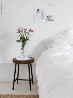 Den nya SINNERLIG pallen, design Isle Crawford, blir det perfekta sängbordet i det ljuva, vita sovrummet. Vi älskar känslan av den dämpande korken som avlastningsyta intill sängen, LOHALS matta natur, ALVINE STRÅ påslakan, som vas IKEA 365+ karaff.