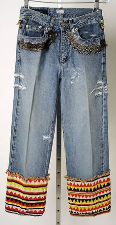 Buying jeans that were already ripped up and looked distressed was big. Some people did not want to buy them because they hated the idea of buying new jeans that looked old. Gucci Jeans, Estilo Jeans, All Jeans, Denim Ideas, Embellished Jeans, Patched Jeans, Cycling Outfit, Denim Fashion, Jeans Style