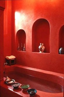 You would not have thought of decorating your bathroom with red? Color of passion, red is powerful, intense. A whole palette of shades of red opens to you to dare the red in your bathroom. Moroccan Design, Moroccan Decor, Moroccan Style, Bathroom Red, Bathroom Interior, Cob House Interior, Moroccan Bathroom, Moroccan Interiors, Colorful Interiors