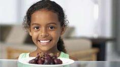 Image copyright                  Thinkstock                                                                          Image caption                                      Se acerca la tradición de comer las 12 uvas a la medianoche, y con ella las advertencias de los médicos.                                En esta época navideña y con la noche de Fin de Año muy