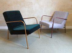 Green velvet cozy armchair with bronze metal frame, Grüner Samt Sessel mit bronzenen Metallrahmen