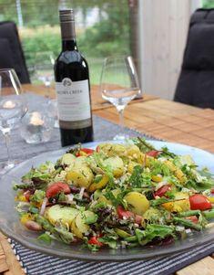 Servera den här ljuvliga sommarsalladen till grillat kött och en kall sås. Du behöver4 portioner800 g färskpotatis1 knippe sparris1 gul paprika2 salladslökar10 körsbärstomater1/2 påse salladsmix75 g… Veggie Recipes, Wine Recipes, Food N, Food And Drink, I Love Food, Good Food, Food For The Gods, Prepped Lunches, Summer Recipes