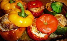 Si j'adore les légumes utilisés dans cette recette, je la publie surtout pour la FARCE ! Elle est juste exceptionnelle ! C'est une bénédiction. Elle est moelleuse et goûteuse. Là j'ai utilisé des poivrons jaunes, des courgettes rondes et des tomates,...