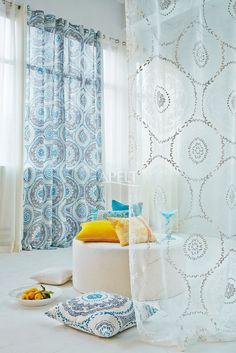 Modern Ethno - transparenter Vorhang MONA und Vorhang MOSAIC dazu farblich passende Kissen TOSCA und Art. 4048