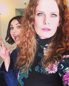 Lana Parrilla and Rebecca Mader (Lana photobombing Bex) Emilie De Ravin, Outlaw Queen, Camisa Do Star Wars, Spin City, Ouat Cast, Wicked, Jennifer Morrison, Captain Swan, Celebs