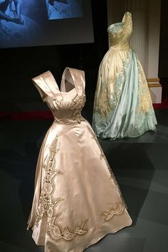 Fascinating, Yet Frustrating The Queen's Clothes Laid Bare is part of Royal dresses - On display at Buckingham Palace are the glamour and glitter of evening outfits, the power of uniforms, streamlined daywear and hats Elizabeth Ii, Vestidos Vintage, Vintage Gowns, Queen Fashion, Royal Fashion, Evening Outfits, Evening Gowns, Vintage Style Outfits, Vintage Fashion